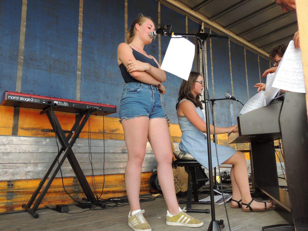 Juin 2017 1ère fête de la musique de Mesnil-en-Ouche avec des chanteuses de la commune