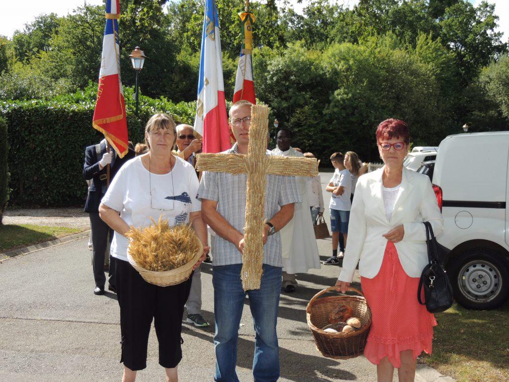 Fête de la Moisson Le Bosc-Renoult procession vers l'église la croix est en épi de blé et les paniers sont remplis de pains de plusieurs sortes 6 août 2017